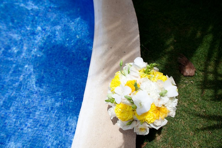 White and yellow bouquet for beach wedding
